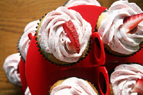 Strawberry Cupcakes with Swiss Meringue Buttercream (from Bunhead in ...